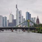 Die Skyline von Frankfurt mit Dom ist ein beliebtes Fotomotiv.