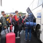 Der Reisebus der tschechischen und slowakischen Gäste wird bepackt