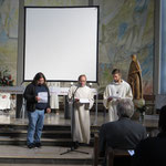 Die deutschen Jugendlichen erzählen vom Einsatz der Heiligen Hedwig für Versöhnung und Solidarität.