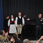 Die rumänischen Jugendliche zeigen einen Folkloretanz.