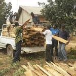 Die Seminaristen holen Holz für die Feuerung in der Küche