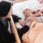 Schwestern helfen alten Menschen in Rumänien