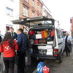 Die Rumänen laden ihren Kleinbus.