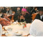 Begegnung nach dem Gottesdienst im Pfarrsaal, hier der eritreische Bischof unf Pfarrer
