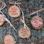 Wünsche auf  kleine Baumscheiben geschrieben