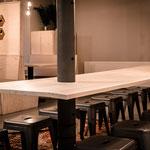 Grenen zwevende tafel zonder poten tussen 2 steunpalen voor Kaartje2Go Zwolle