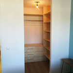 Walk-in closet gemaakt van grenenhout met lade's