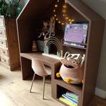 Zalmroze kinderbureau,  gemaakt van mdf, voorzien van verf, geplaatst in Zwolle