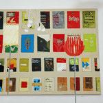 """Nachgemaltes Bild verschiedener """"Bucheinbände"""" im Museum of Modern Art in New York mit Lampen."""