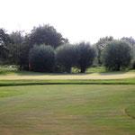 Vor dem Grün noch ein breiter Quergraben