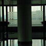 Sichtschutzfolie mit ausgeschnittenem Logo für Eingangstüren, Glas, Bsp. aus Frankfurt