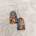 Boucles émail sur cuivre et paillon d'argent, fil d'argent (2.7 x 1.5 cm) : 40 €