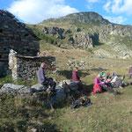 Pause während des Abstiegs ins untere Valle Aosta