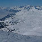 Blick vom Gipfel ins untere Schanfigg mit Tödi im Hintergrund