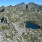 Blick von der Punta Tre Vescovi auf den gleichnamigen See