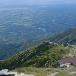 Blick über das Rifugio Mombarone in die Poebene
