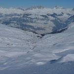 Blick vom Mattjischhorn zum Skigebiet Fideriser Heuberge. Im Hintergrund St. Antönien mit Sulzfluh