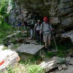Steiler Abstieg in die Gondoschlucht