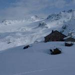 Grialetschhütte mit Piz Sarsura im Hintergrund