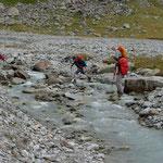 Flussüberquerung unterhalb des Bivacco Ivrea