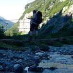 Hängebrücke im Bout du Monde, zuhinterst im Val Giffre