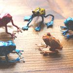 série de petites grenouilles peintes 5 cm