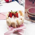 Erdbeer-Törtchen aus Biskuit mit Erdbeer-Mascarpone-Crème.