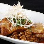豚の角煮納豆(714円) 九州産豚肉使用。じっくり煮込んでます。