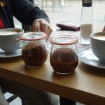 """Zum leckeren Cappuccino können wir """"Kuchen im Glas"""" kennenlernen."""