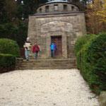 Vor dem Behring-Mausoleum