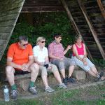 Auf der Fahrt nach Obersimtshausen am 29. Juni wird im Schatten gerastet.