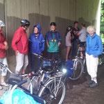 Rückkehr von Kirchhain am 04. August: Unterstand beim Gewitterregen