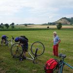 Hinter der Amöneburg muss die Fahrradmechanik vom Heu befreit werden.