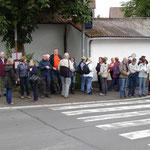 Überfüllte Bushaltestelle Juni 15