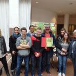 Gruppenfoto: Schulleitung, Schüler/-in, Frau Jörder und Lehrer