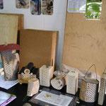 Präsentationsfläche drinnen mit Wildbienhäuser, ein Thema mit sehr viel Informationsbedarf