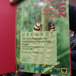 Eine Urkunde - für die Naturschutzvitrine im Pausenflur