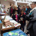 Junge Nachwuchsforscher erkunden die Ausstellungsstücke