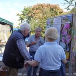 Interessierte Besucher ließen sich die Entwicklungsschritte von Solitärbienen erklären