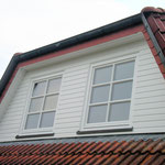 Von den  Dachgauben mit Profilholz-Verbretterung ...
