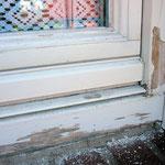 Fenstern in vernachlässigtem Zustand und ...