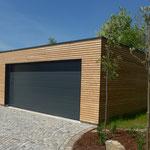 Garage in Holzbauweise mit Lärchenfassade