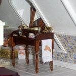 Mueble tocador de Mercé Monllor: Monimon; toalla y saquito de Sofía Velasco: Sophía Miniaturas
