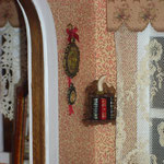 Estantería con libros de Montse Folch, cuadritos de Pedro Trigos: Pedrete Miniaturas