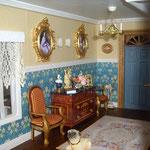 Sillones de Trivi: Trivi y sus cosas; cómoda de Antícoli miniaturas; marcos y camafeos de Ángela Jones