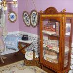 Maniquí y bastidor con bordado de Pedro Trigos: Pedrete Miniaturas; cuadros bordados con camafeos y juego de sábanas de Carmeli Sepúlveda