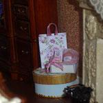 Sombrerera de Pedro Trigos: Pedrete Miniaturas; bolsa y estuche de perfumes de Syreeta Edwards: Syreeta's Miniatures