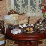 Sombrerera, corsé, medias, atado de cartas y cojín de Pedro Trigos: Pedrete Miniaturas; cajita de regalo de Montse Monllor: Monimon; álbum de fotos de Montse Folch
