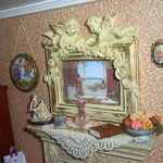 Escena bucólica pintada en porcelana de mi tía Matilde; figura sobre la chimenea de taller Targioni; caja plateada de Viti López: El rastrillo de Viti; botella de cristal de Phil Grenyer: Glasscraft; libro de Montse Folch; tapete bordado de Artisluna