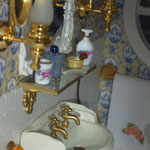 Frascos de porcelana de Marga Vives: Misminis; frasco de colonia de Marini; kit de afeitado de Lourdes Areal: LXL; balda de cristal de Femi Reyes